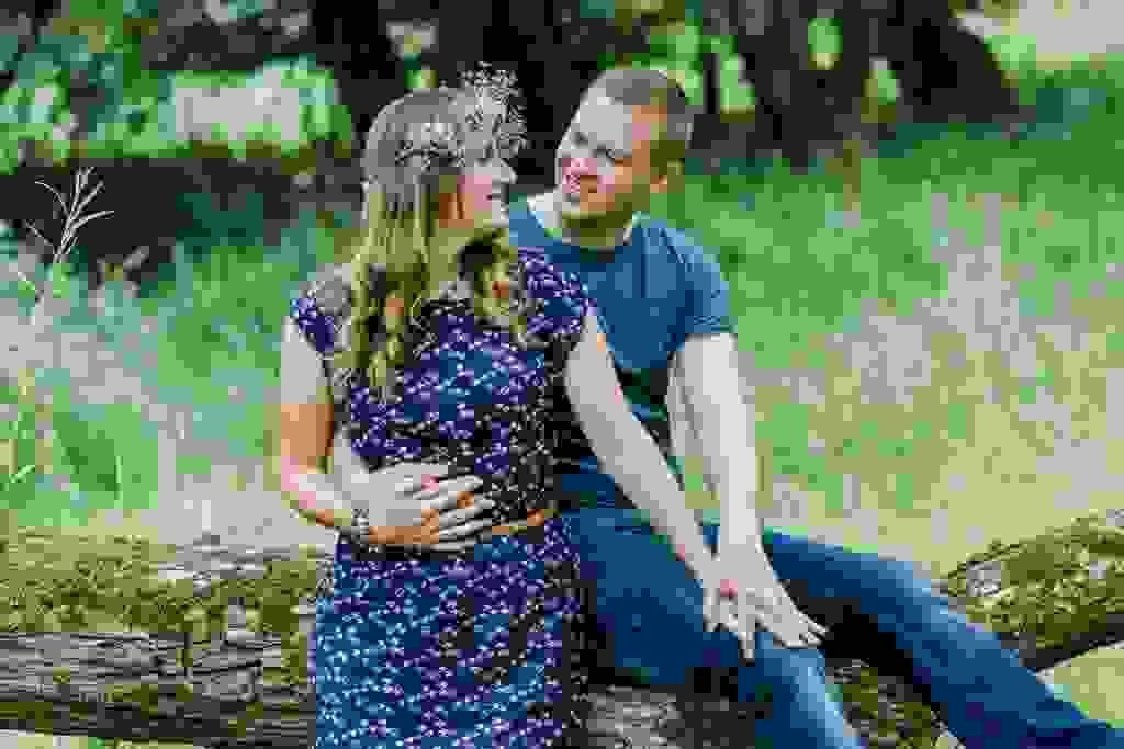 Hochzeitsfotografie-Verlobungsshooting-mit-Blumenkranz-an-der-Ruhr-Bochum-3.jpg