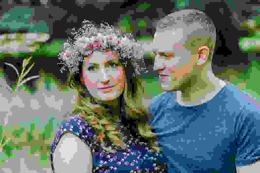 Hochzeitsfotografie-Verlobungsshooting-mit-Blumenkranz-an-der-Ruhr-Bochum-4.jpg