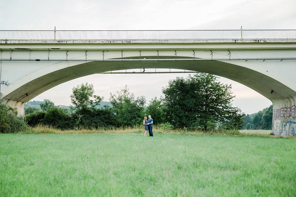 Hochzeitsfotografie-Verlobungsshooting-mit-Blumenkranz-an-der-Ruhr-Bochum-10.jpg
