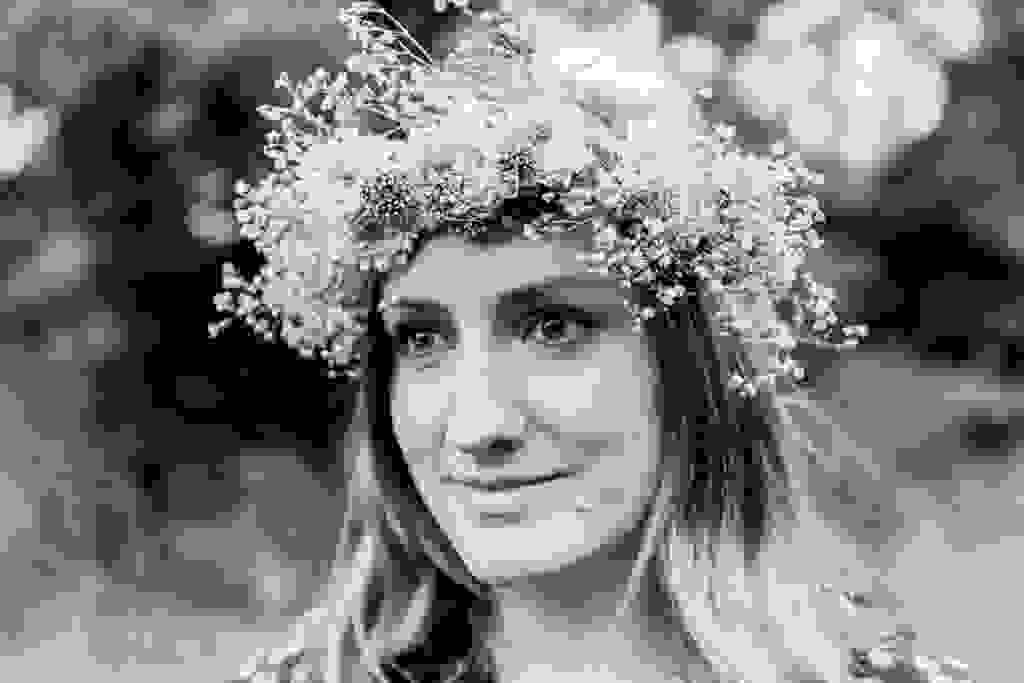 Hochzeitsfotografie-Verlobungsshooting-mit-Blumenkranz-an-der-Ruhr-Bochum-13.jpg