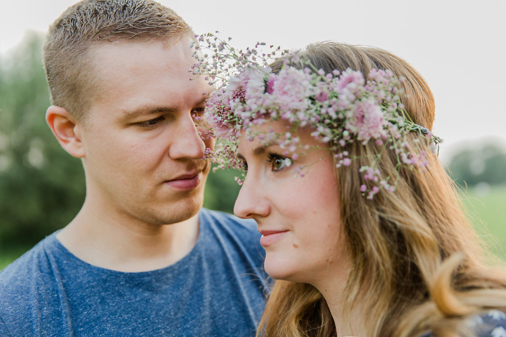 Hochzeitsfotografie-Verlobungsshooting-mit-Blumenkranz-an-der-Ruhr-Bochum-15.jpg