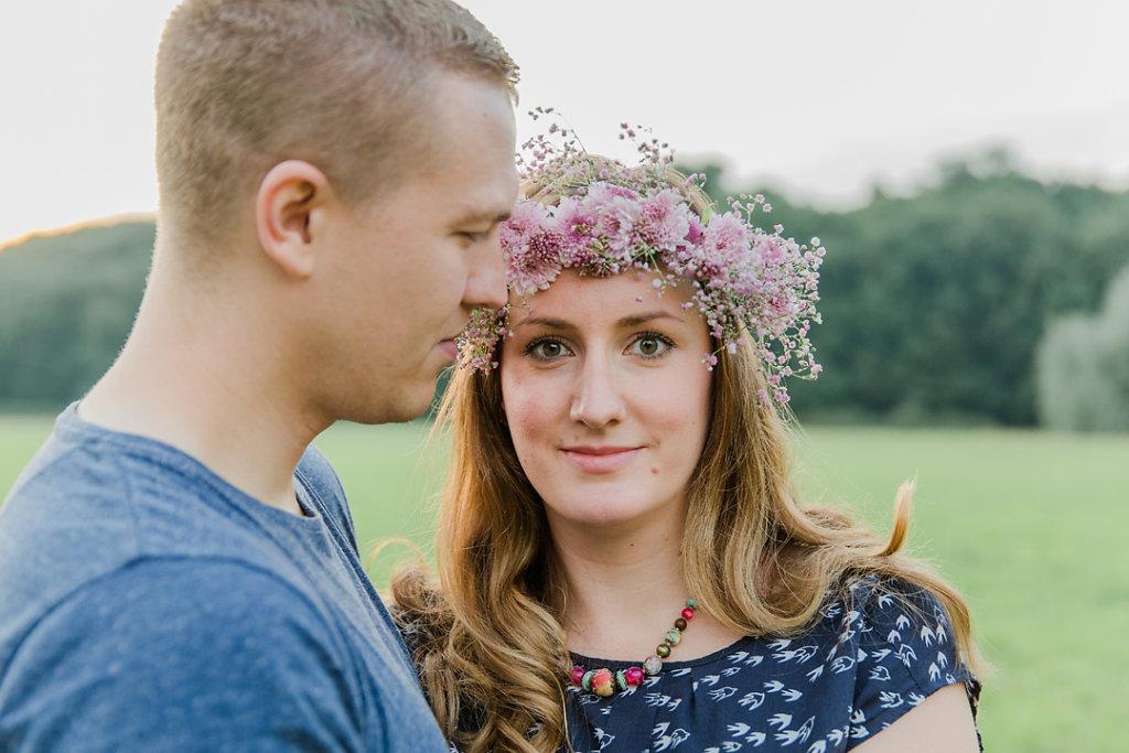 Hochzeitsfotografie-Verlobungsshooting-mit-Blumenkranz-an-der-Ruhr-Bochum-16.jpg