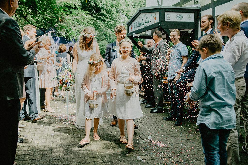 Melanie-Graas-Hochzeitsfotografie-Mitten-Im-Pott-Boho-DIY-Bottrop-Blumenkranz-9.jpg