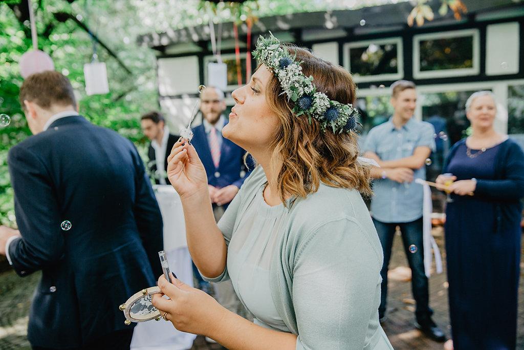 Melanie-Graas-Hochzeitsfotografie-Mitten-Im-Pott-Boho-DIY-Bottrop-Blumenkranz-13.jpg