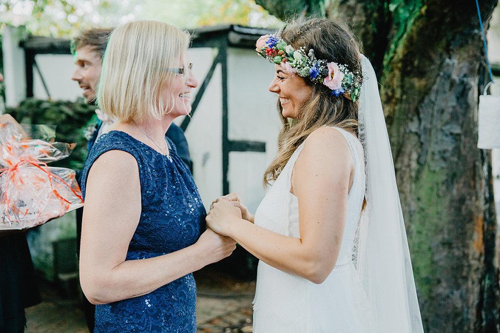 Melanie-Graas-Hochzeitsfotografie-Mitten-Im-Pott-Boho-DIY-Bottrop-Blumenkranz-14.jpg