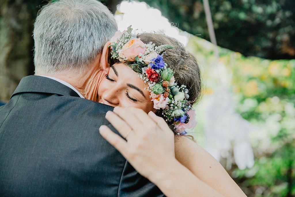 Melanie-Graas-Hochzeitsfotografie-Mitten-Im-Pott-Boho-DIY-Bottrop-Blumenkranz-17.jpg