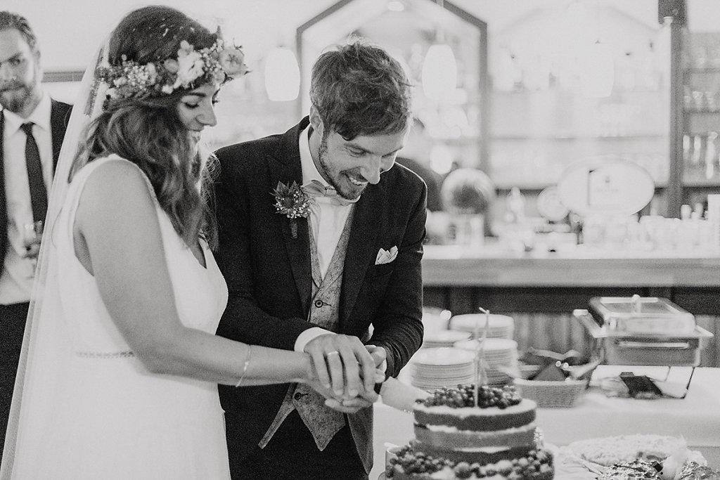 Melanie-Graas-Hochzeitsfotografie-Mitten-Im-Pott-Boho-DIY-Bottrop-Blumenkranz-36.jpg
