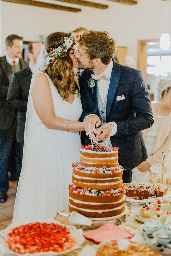 Melanie-Graas-Hochzeitsfotografie-Mitten-Im-Pott-Boho-DIY-Bottrop-Blumenkranz-37.jpg