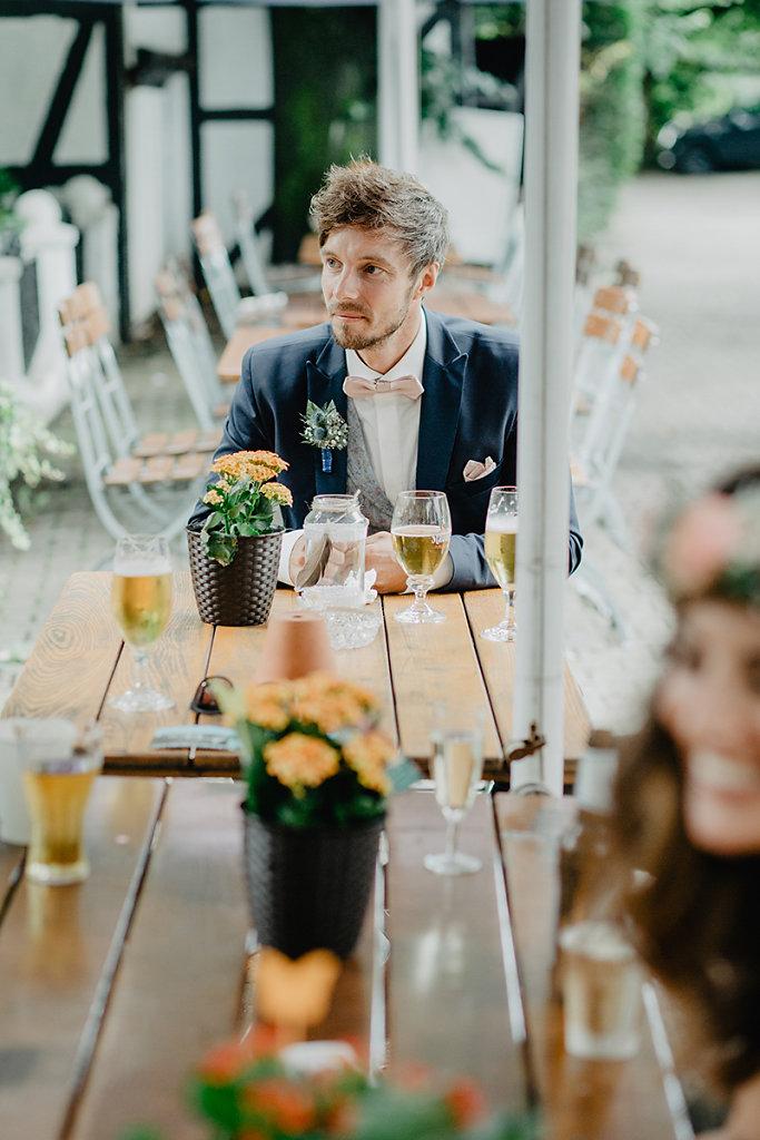 Melanie-Graas-Hochzeitsfotografie-Mitten-Im-Pott-Boho-DIY-Bottrop-Blumenkranz-42.jpg