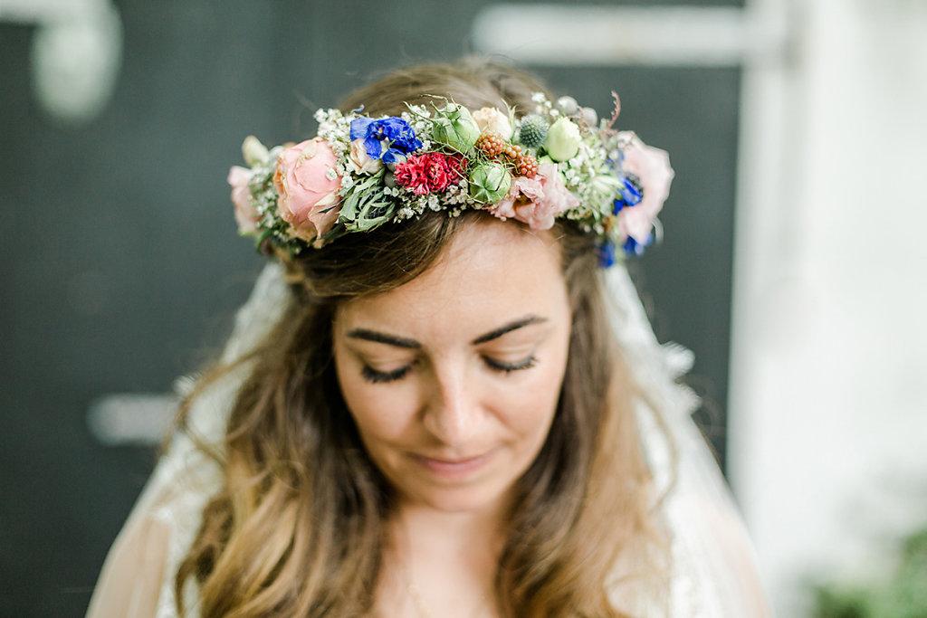 Melanie-Graas-Hochzeitsfotografie-Mitten-Im-Pott-Boho-DIY-Bottrop-Blumenkranz-48.jpg