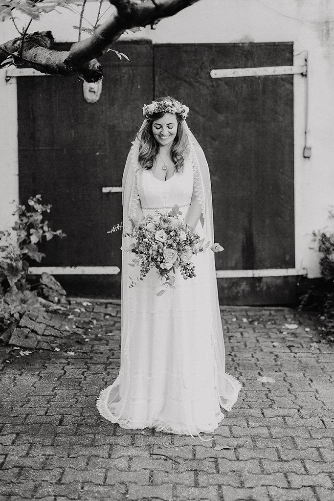 Melanie-Graas-Hochzeitsfotografie-Mitten-Im-Pott-Boho-DIY-Bottrop-Blumenkranz-49.jpg