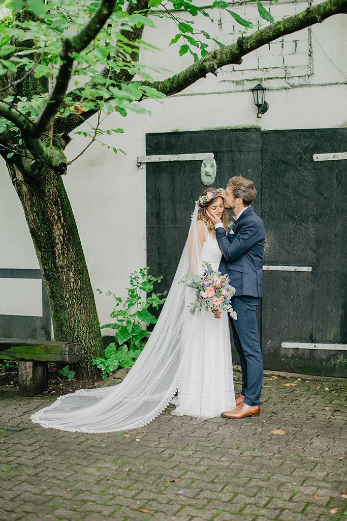 Melanie-Graas-Hochzeitsfotografie-Mitten-Im-Pott-Boho-DIY-Bottrop-Blumenkranz-54.jpg