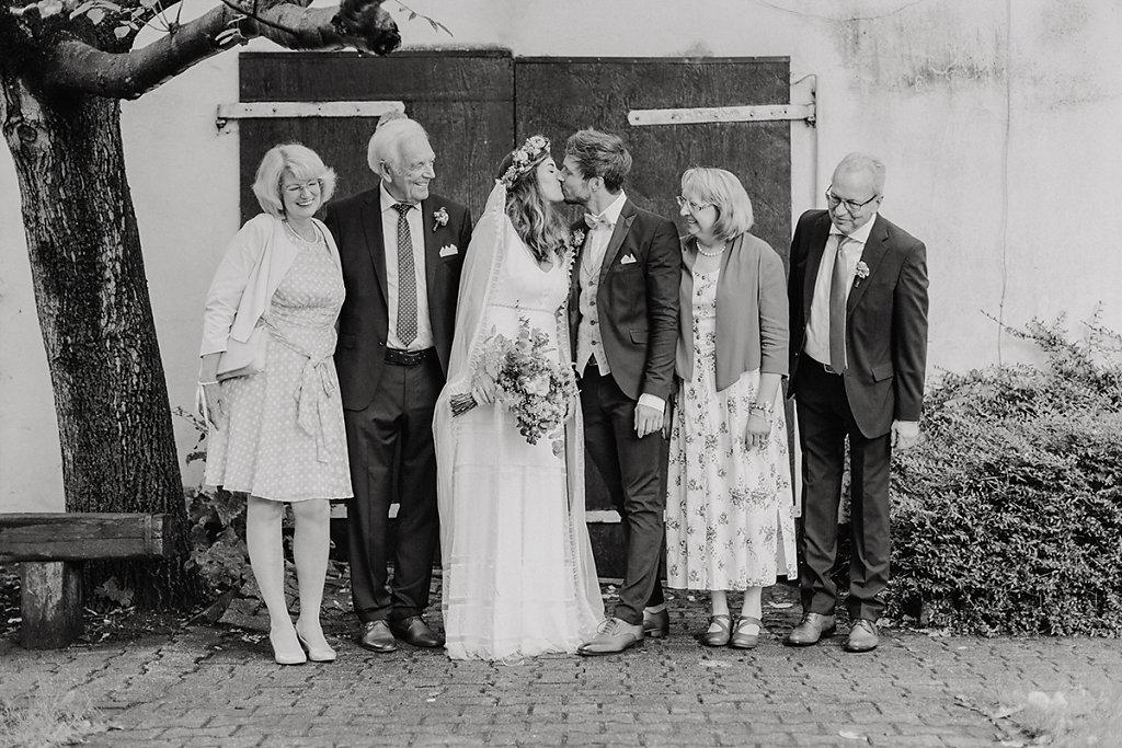 Melanie-Graas-Hochzeitsfotografie-Mitten-Im-Pott-Boho-DIY-Bottrop-Blumenkranz-55.jpg