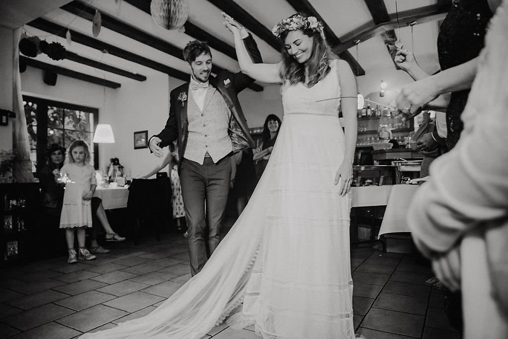 Melanie-Graas-Hochzeitsfotografie-Mitten-Im-Pott-Boho-DIY-Bottrop-Blumenkranz-65.jpg