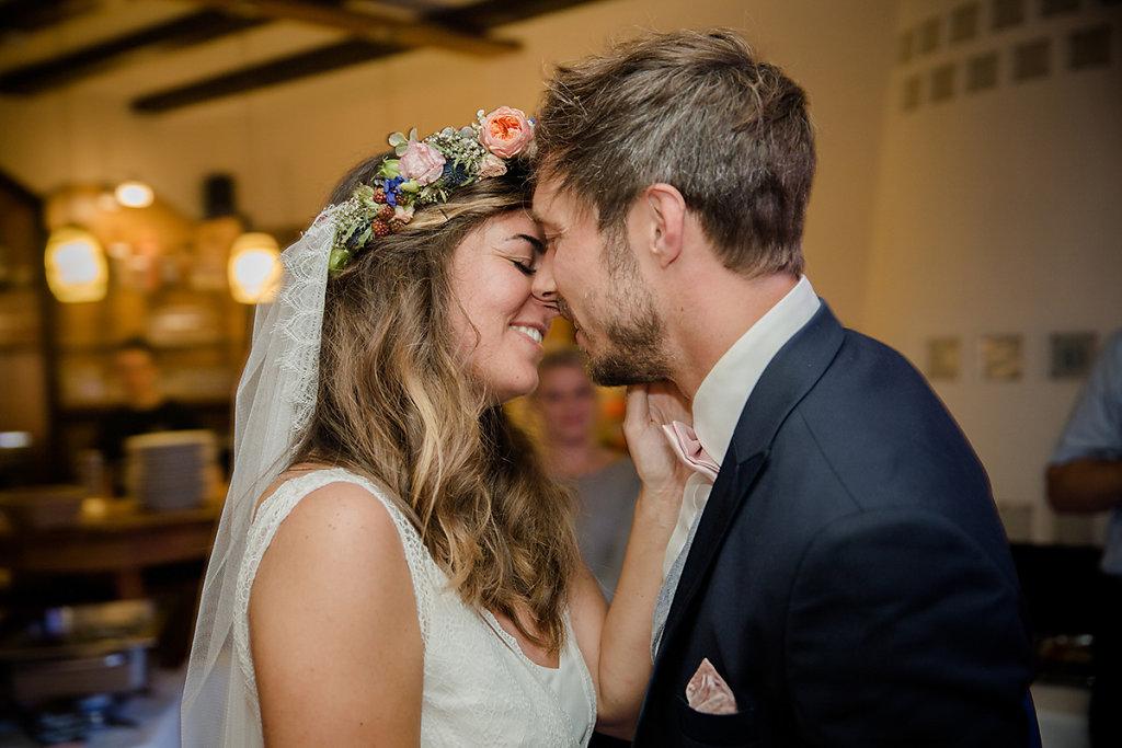 Melanie-Graas-Hochzeitsfotografie-Mitten-Im-Pott-Boho-DIY-Bottrop-Blumenkranz-67.jpg