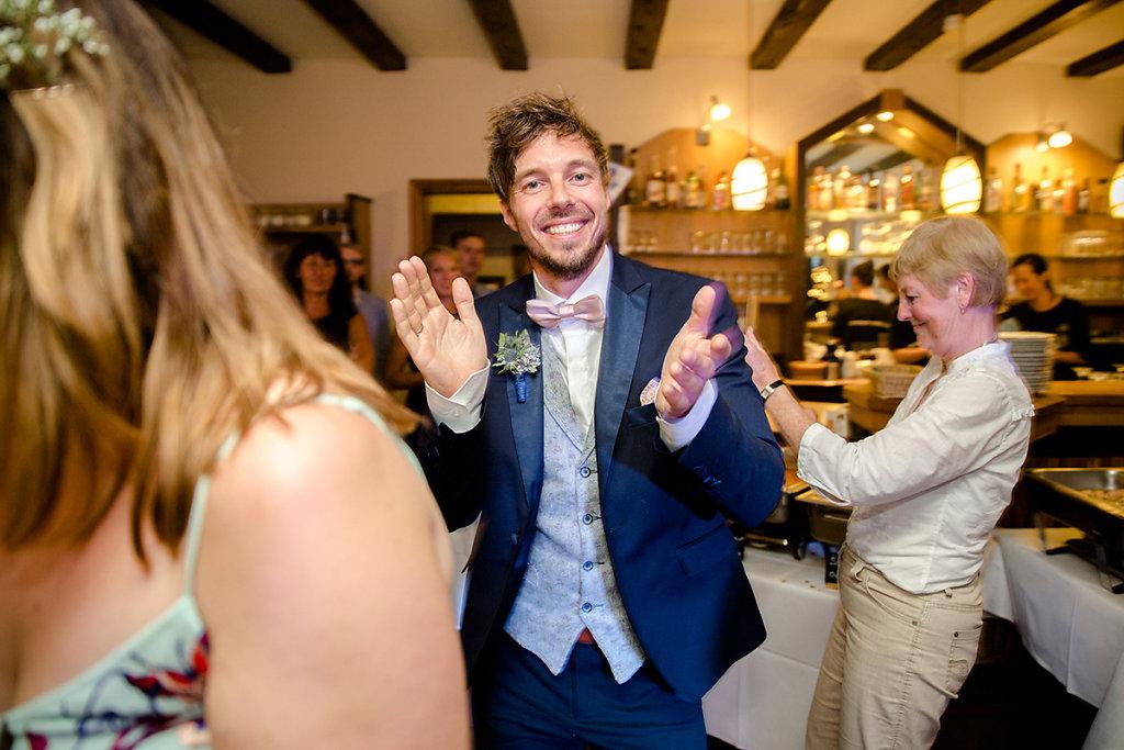 Melanie-Graas-Hochzeitsfotografie-Mitten-Im-Pott-Boho-DIY-Bottrop-Blumenkranz-69.jpg