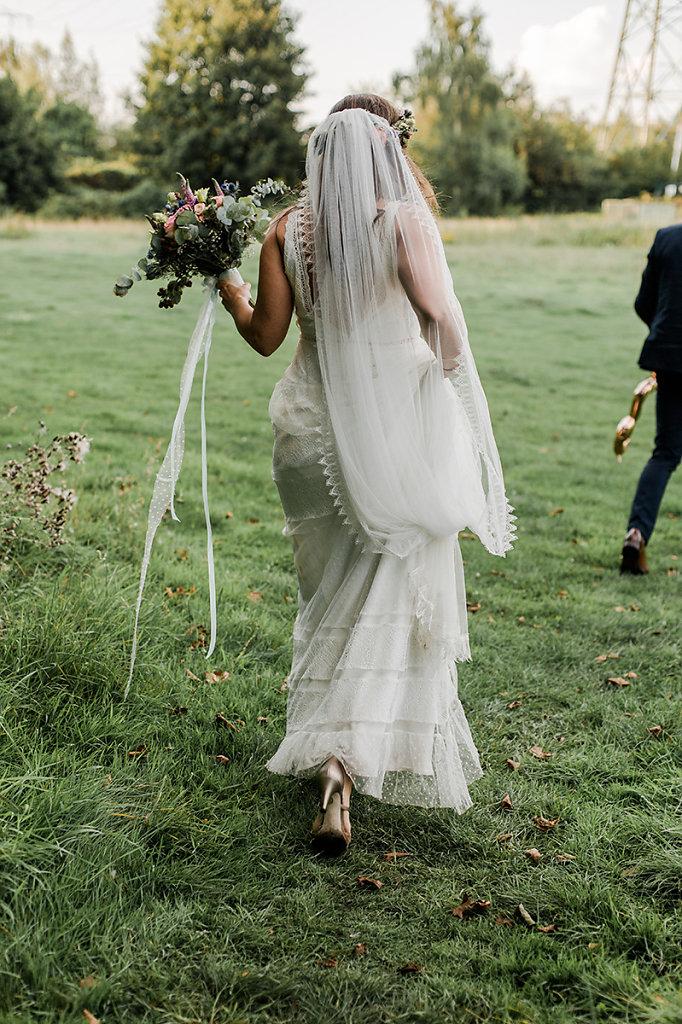 Melanie-Graas-Hochzeitsfotografie-Mitten-Im-Pott-Boho-DIY-Bottrop-Blumenkranz-75.jpg