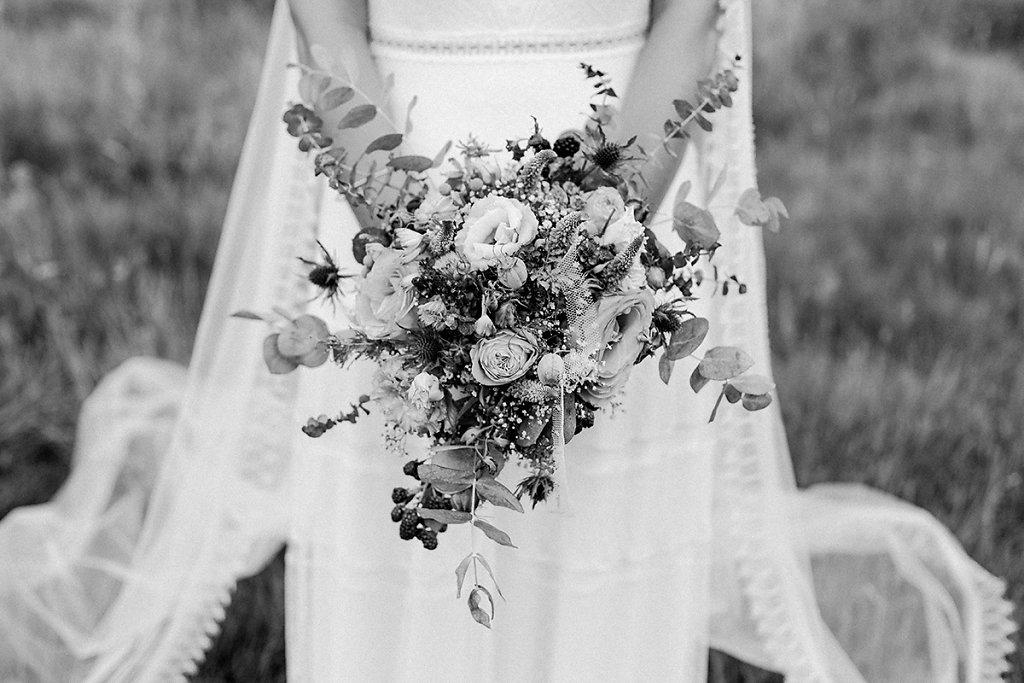 Melanie-Graas-Hochzeitsfotografie-Mitten-Im-Pott-Boho-DIY-Bottrop-Blumenkranz-76.jpg
