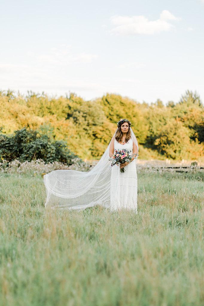 Melanie-Graas-Hochzeitsfotografie-Mitten-Im-Pott-Boho-DIY-Bottrop-Blumenkranz-78.jpg