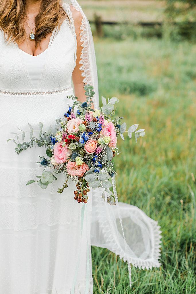 Melanie-Graas-Hochzeitsfotografie-Mitten-Im-Pott-Boho-DIY-Bottrop-Blumenkranz-80.jpg