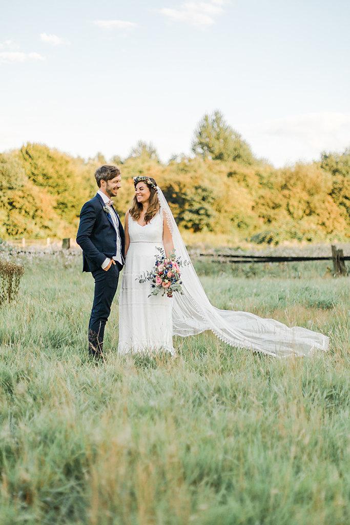 Melanie-Graas-Hochzeitsfotografie-Mitten-Im-Pott-Boho-DIY-Bottrop-Blumenkranz-81.jpg