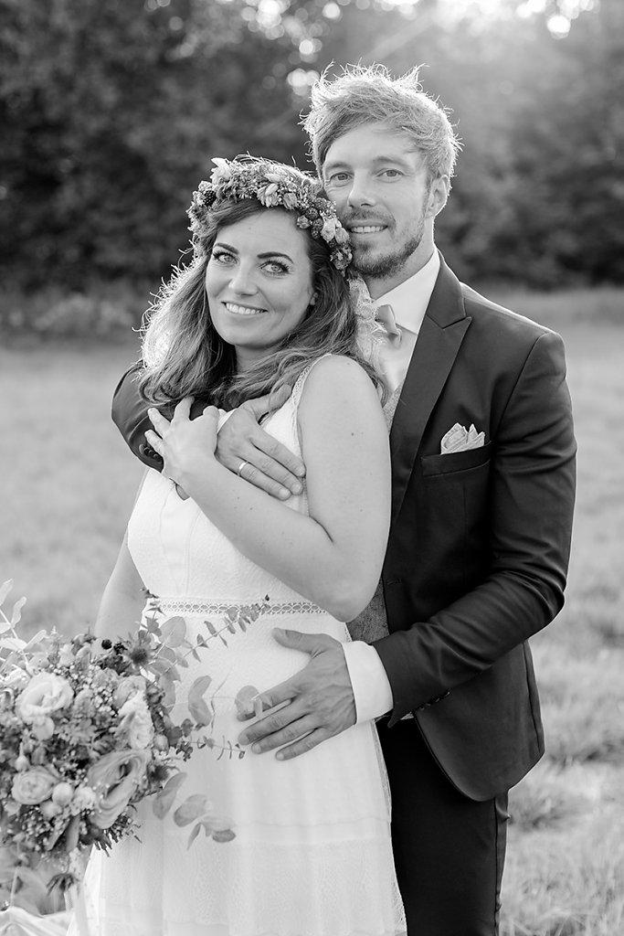 Melanie-Graas-Hochzeitsfotografie-Mitten-Im-Pott-Boho-DIY-Bottrop-Blumenkranz-85.jpg