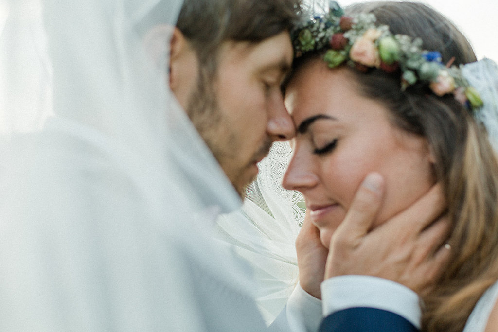 Melanie-Graas-Hochzeitsfotografie-Mitten-Im-Pott-Boho-DIY-Bottrop-Blumenkranz-86.jpg