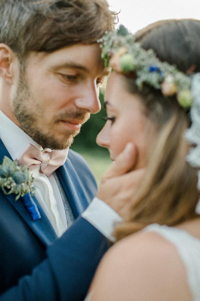Melanie-Graas-Hochzeitsfotografie-Mitten-Im-Pott-Boho-DIY-Bottrop-Blumenkranz-87.jpg
