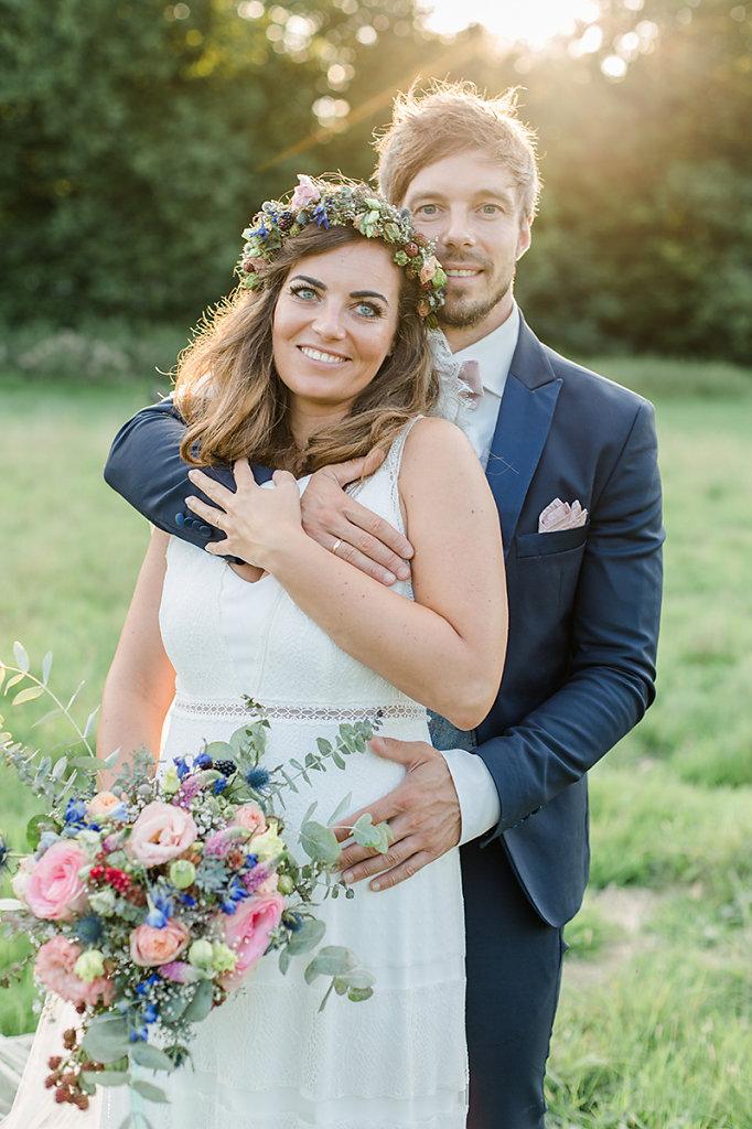 Melanie-Graas-Hochzeitsfotografie-Mitten-Im-Pott-Boho-DIY-Bottrop-Blumenkranz-94.jpg