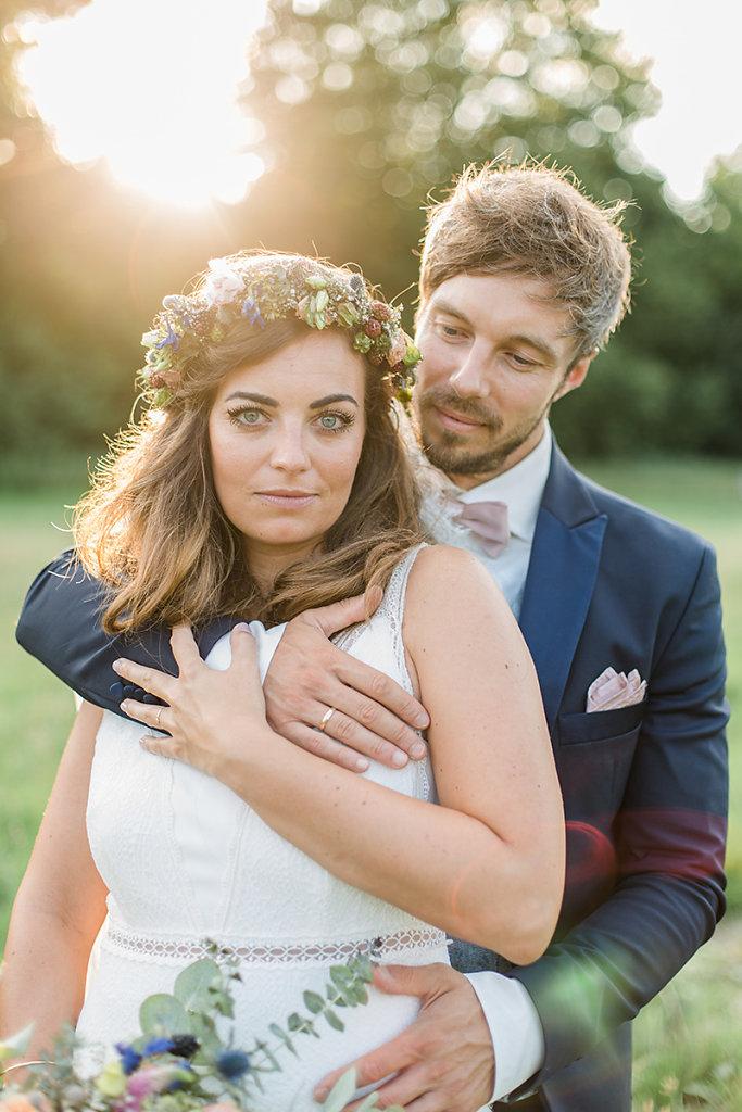 Melanie-Graas-Hochzeitsfotografie-Mitten-Im-Pott-Boho-DIY-Bottrop-Blumenkranz-95.jpg