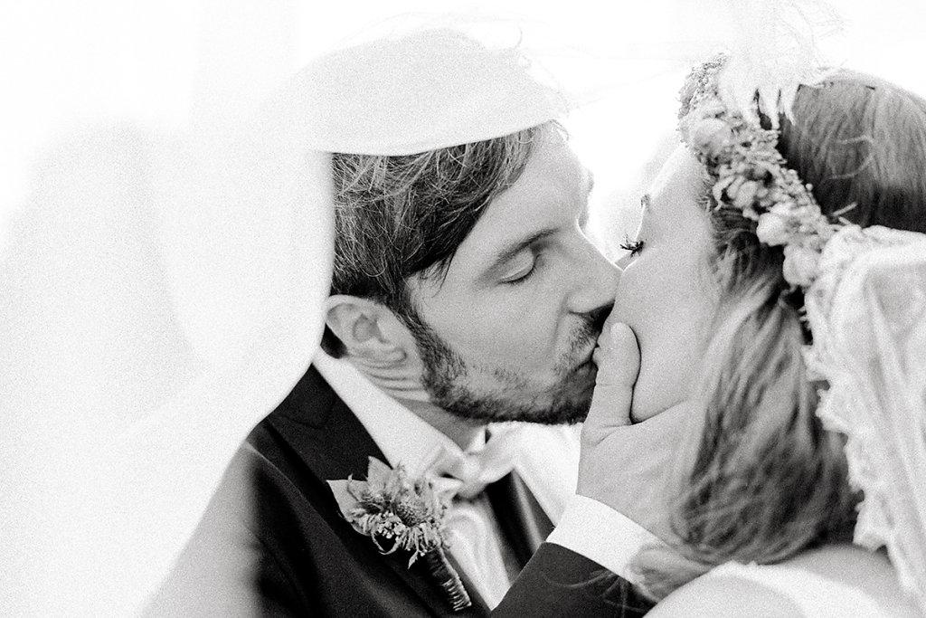 Melanie-Graas-Hochzeitsfotografie-Mitten-Im-Pott-Boho-DIY-Bottrop-Blumenkranz-96.jpg