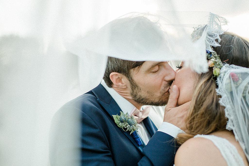 Melanie-Graas-Hochzeitsfotografie-Mitten-Im-Pott-Boho-DIY-Bottrop-Blumenkranz-97.jpg