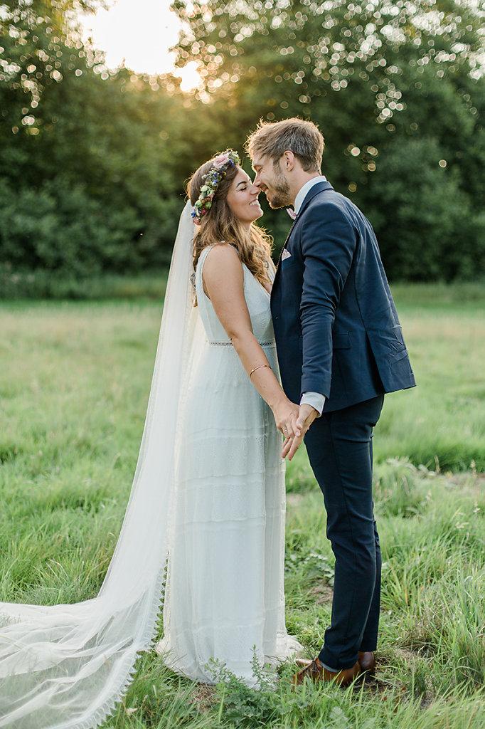 Melanie-Graas-Hochzeitsfotografie-Mitten-Im-Pott-Boho-DIY-Bottrop-Blumenkranz-99.jpg