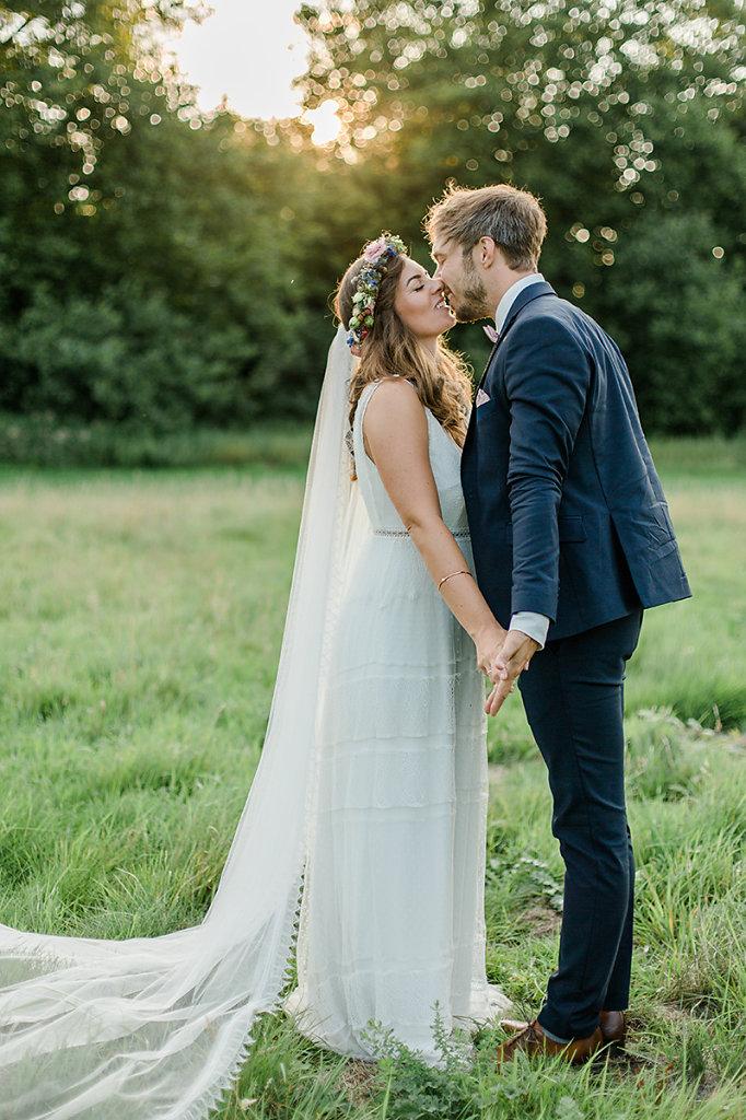Melanie-Graas-Hochzeitsfotografie-Mitten-Im-Pott-Boho-DIY-Bottrop-Blumenkranz-100.jpg