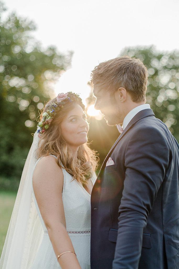 Melanie-Graas-Hochzeitsfotografie-Mitten-Im-Pott-Boho-DIY-Bottrop-Blumenkranz-103.jpg