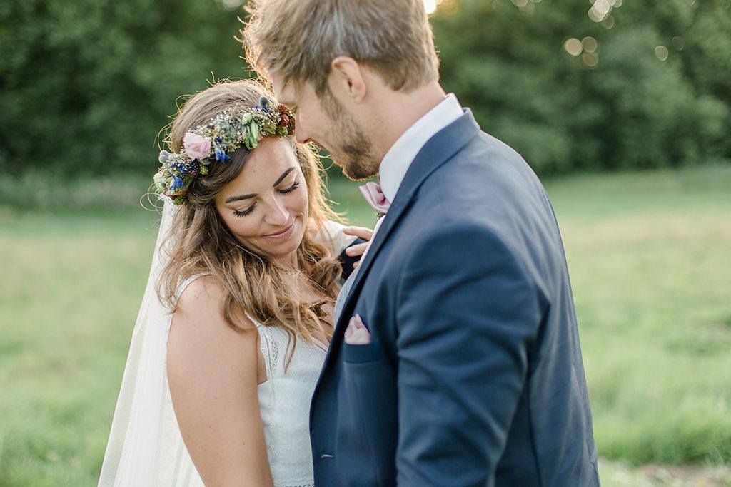 Melanie-Graas-Hochzeitsfotografie-Mitten-Im-Pott-Boho-DIY-Bottrop-Blumenkranz-104.jpg