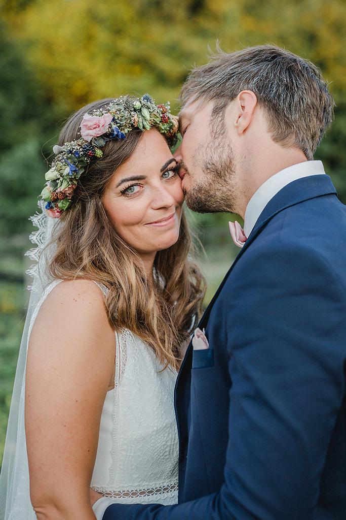 Melanie-Graas-Hochzeitsfotografie-Mitten-Im-Pott-Boho-DIY-Bottrop-Blumenkranz-106.jpg