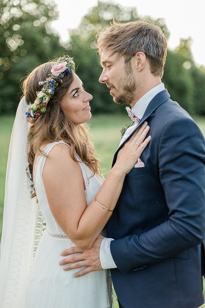 Melanie-Graas-Hochzeitsfotografie-Mitten-Im-Pott-Boho-DIY-Bottrop-Blumenkranz-110.jpg