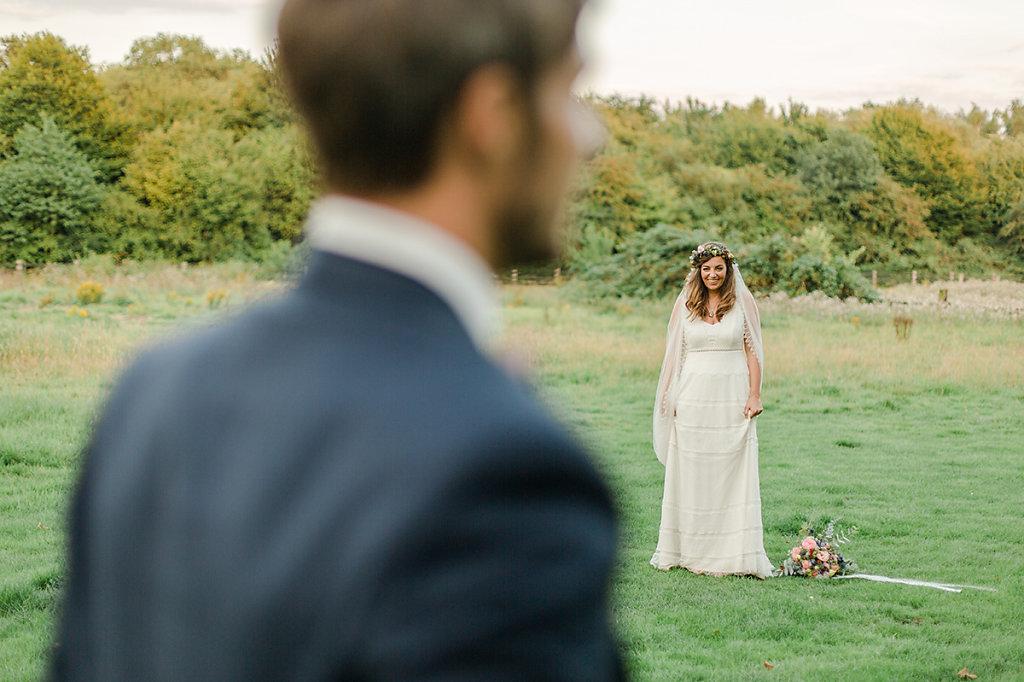 Melanie-Graas-Hochzeitsfotografie-Mitten-Im-Pott-Boho-DIY-Bottrop-Blumenkranz-114.jpg