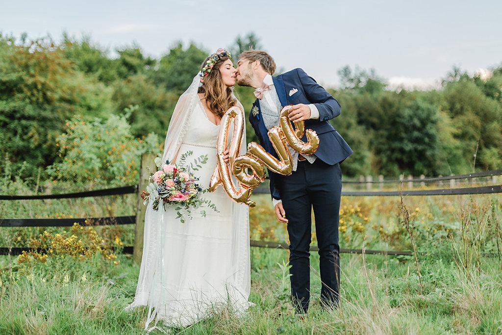 Melanie-Graas-Hochzeitsfotografie-Mitten-Im-Pott-Boho-DIY-Bottrop-Blumenkranz-115.jpg