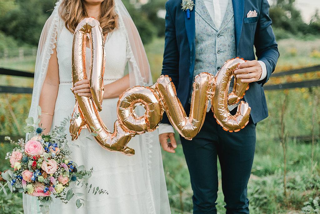 Melanie-Graas-Hochzeitsfotografie-Mitten-Im-Pott-Boho-DIY-Bottrop-Blumenkranz-116.jpg