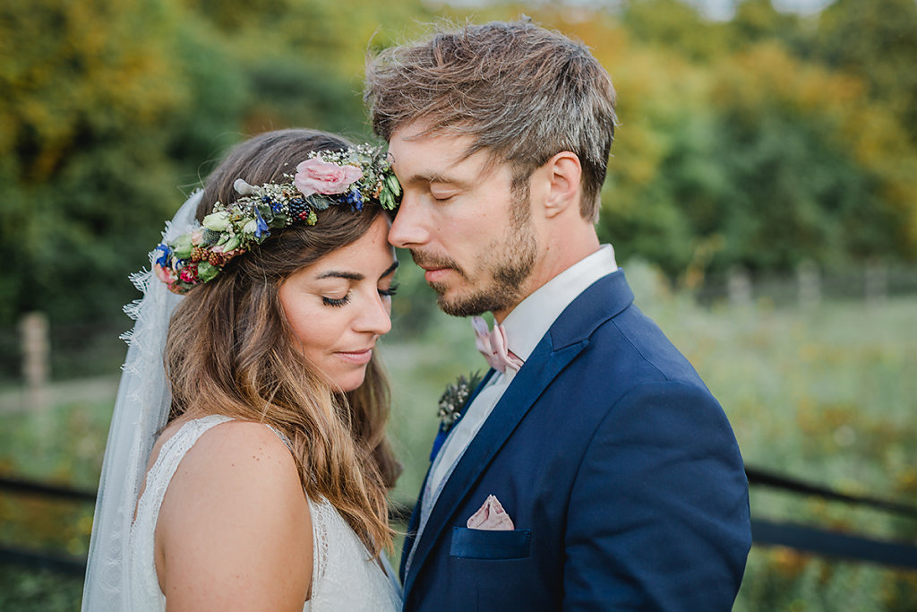 Melanie-Graas-Hochzeitsfotografie-Mitten-Im-Pott-Boho-DIY-Bottrop-Blumenkranz-117.jpg