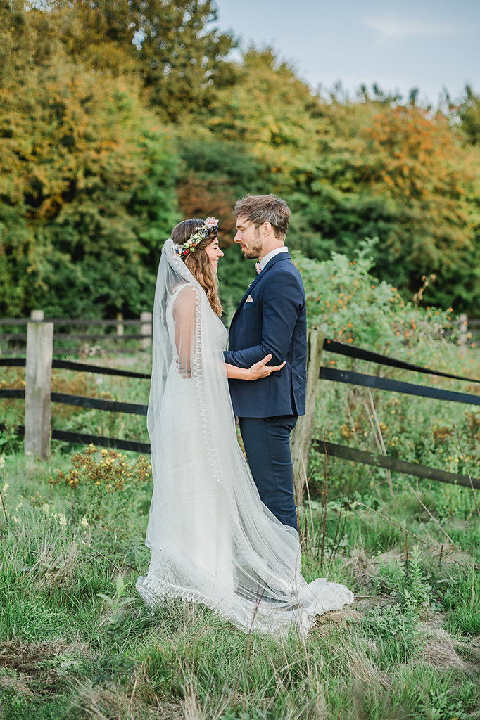 Melanie-Graas-Hochzeitsfotografie-Mitten-Im-Pott-Boho-DIY-Bottrop-Blumenkranz-119.jpg
