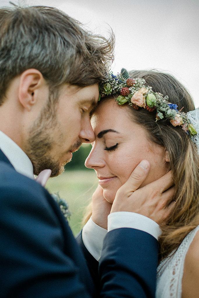 Melanie-Graas-Hochzeitsfotografie-Mitten-Im-Pott-Boho-DIY-Bottrop-Blumenkranz-120.jpg