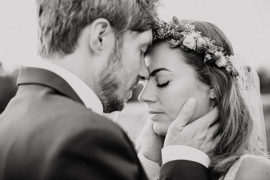 Melanie-Graas-Hochzeitsfotografie-Mitten-Im-Pott-Boho-DIY-Bottrop-Blumenkranz-125.jpg
